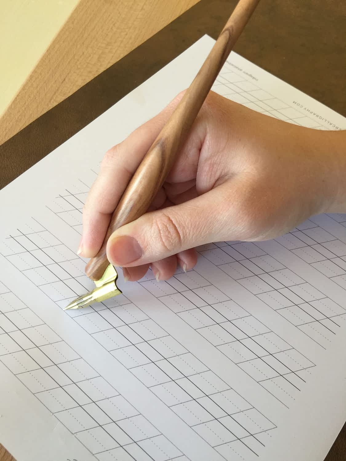 how to hold a calligraphy pen
